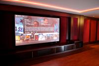 home theater, volledig weggewerkte luidsprekers met een filmbibliotheek oplossing